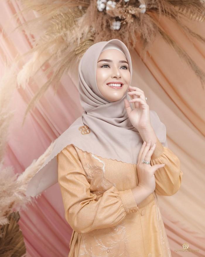 Tidak kalah stunning, penampilan wanita 21 tahun ini juga sukses memikat hati. Amanda tampil cantik mengenakan gamis warna krem dengan detail bordir dipadukan dengan hijab warna coklat yang soft. Tambahan bros hijab warna gold membuat kesan yang manis. (Foto:instagram.com/fdphotography90)