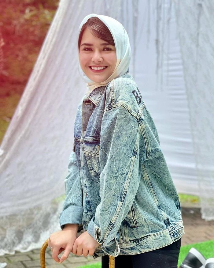 Beralih dari pemakaian gamis, kali ini Amanda tampil lebih casual dengan denim jaket, celana hitam dan hijab yang simpel. Hijab tersebut dililitkan ke leher sehingga terlihat lebih rapi. (Foto:instagram.com/jarigatel)