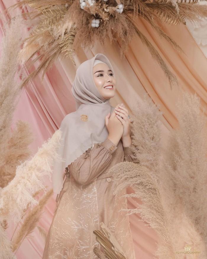 Tampil dalam balutan hijab syari seperti ini sembari berpose anggun membuat aura cantik Amanda Manopo begitu terpancar. Kali ini, gamis berwarna coklat dipadukan dengan hijab polos berwarna grey dengan detail bros. (Foto:instagram.com/fdphotography90)