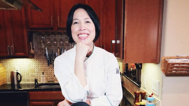 Christine Ha, koki tunanetra, harus menggunakan indera pendengaran, indera peraba, dan indera penciuman saat memasak.