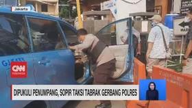 VIDEO: Dipukuli Penumpang, Sopir Taksi Tabrak Gerbang Polres