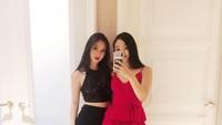 <p>Penampilan Jane dan Jada tampak semakin memukau ketika memakai <em>outfit</em> formal. Mereka terlihat cantik dalam balutan busana pesta berwarna hitam dan merah. (Foto: Instagram @janeli419)</p>