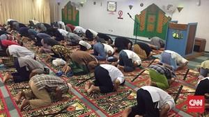 Takmir Masjid Ceramahi Polisi Karena Terapkan Prokes