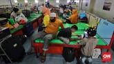 Antrean penumpang membeludak di pelabuhan Tanjung Priok ketika pemerintah menerapkan pengetatan mobilitas jelang larangan mudik lebaran 2021.