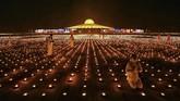 Biksu Buddha di Thailand melakukan aksi kontroversial dengan dengan menyalakan 330 ribu batang lilin demi memecahkan rekor dunia.