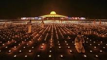 FOTO: Kontroversi Aksi Biksu Thailand Bakar 330 Ribu Lilin
