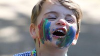 <p>Potretnya ketika melukis juga tak kalah menggemaskan. Foto ini diambil ketika Pangeran Louis masih berusia dua tahun. Wajahnya terlihat belepotan dengan cat ketika sedang melukis. (Foto: Instagram @kensingtonroyal)</p>