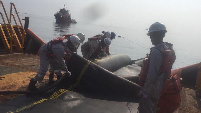 PHE ONWJ langsung melakukan penanganan cepat berupa pembersihan area Pantai Karawang untuk merespons pendaratan ceceran minyak dari kebocoran pipa.