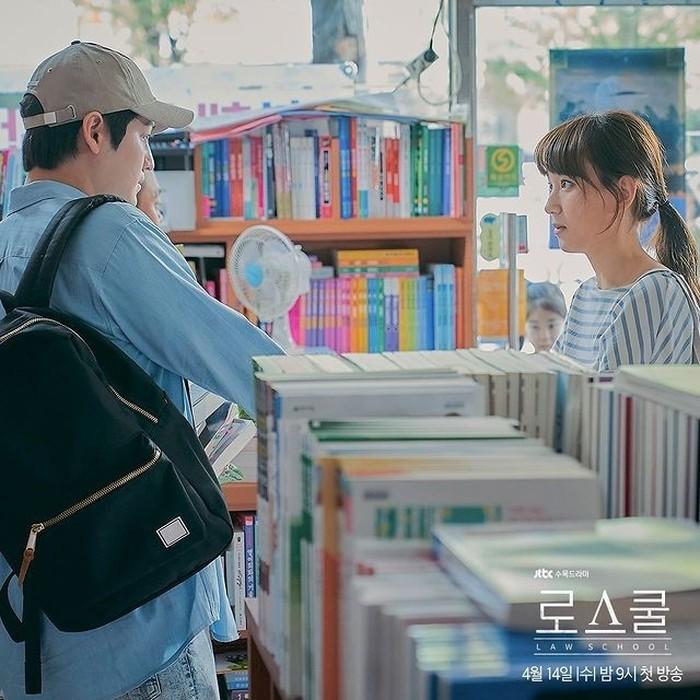 Selain itu, sepertinya disini Kim Bum akan beradu akting dengan Ryu Hye Young sebagai Kang Sol A, penasaran banget bukan sama interaksi manis di antara mereka? (foto:instagram.com/jtbcdrama)