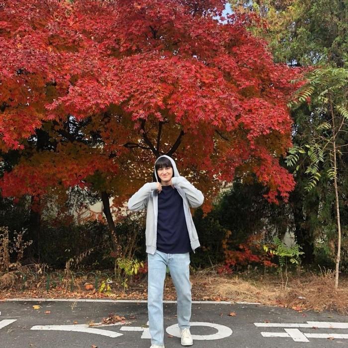 Walaupun usianya sudah menginjak 31 tahun, Kim Bum tetap terlihat pantas memerankan karakter mahasiswa dengan balutan hoodie serta jeans andalanya (foto: instagram.com/jtbcdrama)