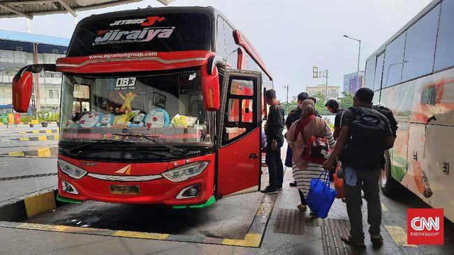 Petugas Dishub DKI Jakarta menemukan 46 penumpang bus reaktif Covid-19 hasil pengecekan di terminal selama masa periode larangan mudik lebaran 6-17 Mei.