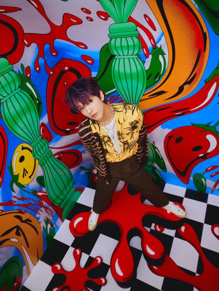Sang maknae Jisung berhasil buat penggemar pangling dengan penampilannya yang swag abis. Memadukan kemeja cerah dengan outer colourfull bikin Jisung semakin fashionable! (Foto: Twitter.com/nctsmtown_dream)