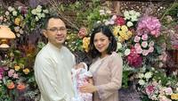 <p>Bunda, ini adalah potret keluarga Danny Rukmana, yang merupakan cucu Soeharto. Danny tampil bersama istrinya Raiyah dan anak semata wayang mereka. Foto ini diambil saat syukuran selapanan Kiara. (Foto: Instagram @princessraiyah)</p>