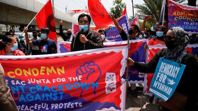 Dua Asisten Bantuan Hukum LBH Jakarta dilepas setelah sempat diamankan bersama sejumlah massa pedemo anti-junta militer Myanmar.
