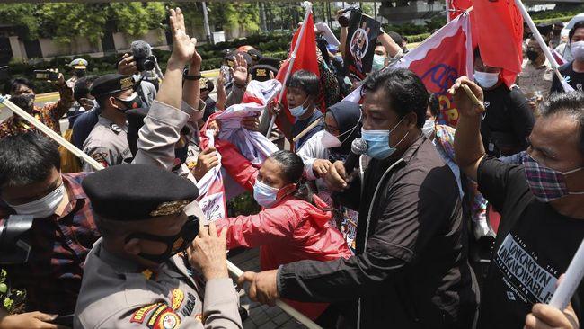 Demo terhadap junta militer Myanamar digiring polisi agar tak terjadi di tepi jalan utama yang jadi lalu-lintas para kepala negara peserta KTT ASEAN.