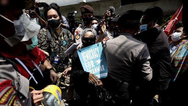 LBH Jakarta menyebut sejumlah peserta aksi demonstrasi menolak kekerasan Myanmar di sekitar Gedung Sekretariat ASEAN, Jakarta Selatan dibawa polisi.