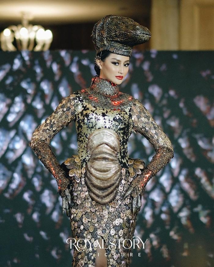 Kostum nasional dengan tema Komodo adalah salah satu kostum yang banyak menarik perhatian. Kostum seberat 20 kg ini dirancang seperti sisik kulit komodo lengkap dengan kepala komodo dan ekornya.(Foto: Instagram.com/officialputeriindonesia)