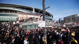 Fans Arsenal Demo Besar-besaran Menuntut Pemilik Klub Mundur