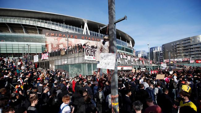 Ratusan penggemar Arsenal melakukan protes besar-besaran di luar Stadion Emirates pada pertandingan Liga Inggris melawan Everton pada hari Jumat (23/4).