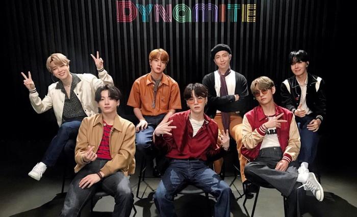 Nama fandom BTS, ARMY, ternyata singkatan dari Adorable Representative M.C for Youth. ARMY juga dianggap sebagai tentara bagi BTS dimana mereka tidak selalu melekat satu sama lain / foto: instagram.com/bighit_ent