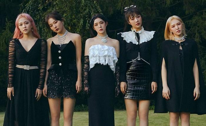 Giliran fandom Red Velvet, Reveluv ternyata juga merupakan singkatan dari Red, Velvet, dan Love. Kata Rev dalam bahasa Perancis juga memiliki arti mimpi, yang mewakili keinginan Red Velvet untuk meraih impian mereka bersama fans / foto: redvelvet.smtown