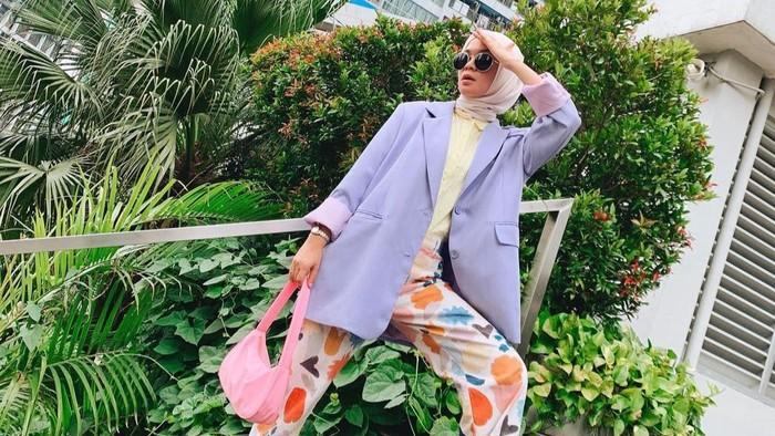 7 Referensi Pakai Celana Motif ala Tantri Namirah, So Stunning!