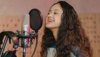 <p>Mulai menyukai dunia tarik suara, Asila sempat beberapa kali mengabadikan saat berada di ruang rekaman, Bunda. Suara Asila sangat merdu lho! (Foto: Instagram: @therealasilamaisa)</p>