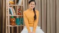 <p>Beranjak dewasa, kini Asila mulai memperhatikan penampilannya, Bunda. Ia makin cantik mengenakan sweater oranye dan rambut yang dikepang ke depan. (Foto: Instagram: @therealasilamaisa)</p>