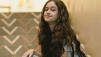 <p>Di beberapa kesempatan, Asila memilih untuk memperlihatkan rambut ikalnya yang panjang terurai. Bikin paras Timur Tengah di wajahnya semakin terlihat ya. (Foto: Instagram: @therealasilamaisa)</p>