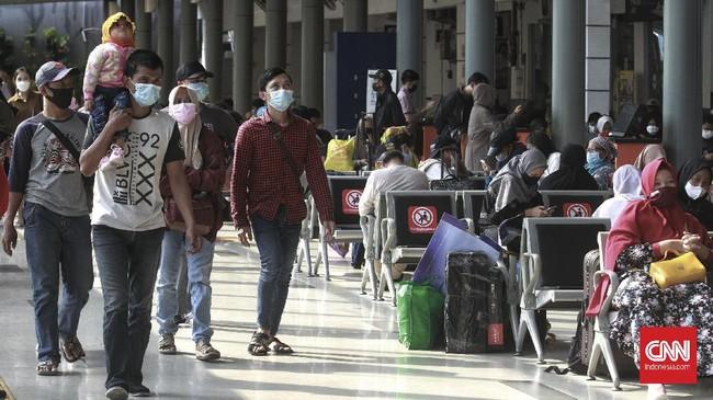 Stasiun Pasar Senen mulai dipadati calon penumpang menjelang larangan mudik Lebaran yang berlaku pada 6-17 Mei mendatang.