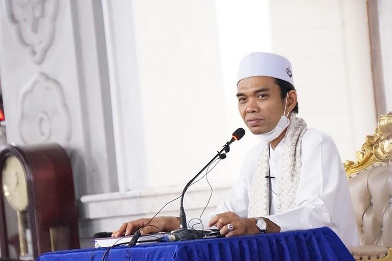 Ustaz Abdul Somad dikabarkan akan melepaskan status nya sebagai duda dengan menikahi seorang gadis yang berusia 19 tahun. Yuk kita intip potret Ustad Abdul Somad!