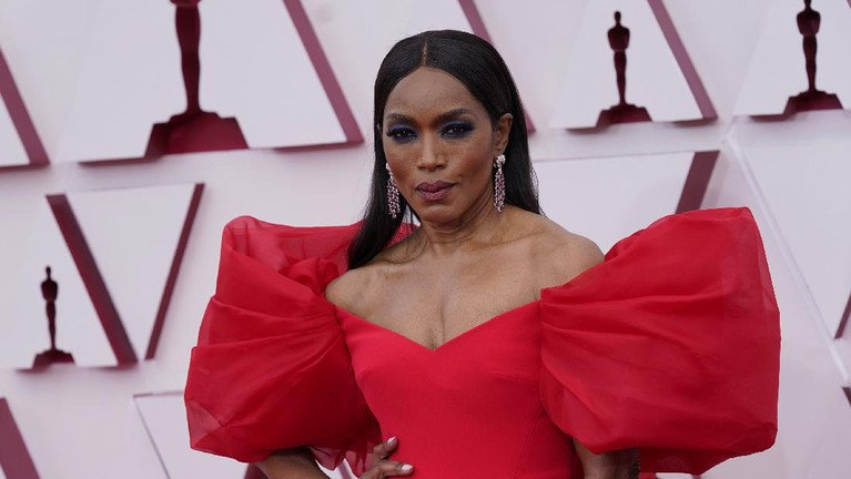 Angela Bassett arrives at the Oscars on Sunday, April 25, 2021, at Union Station in Los Angeles. (AP Photo/Chris Pizzello, Pool)