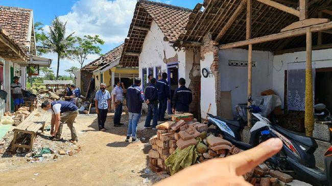 Bersama BPH Migas, Pertamina meninjau lokasi gempa Kabupaten Malang melihat sarana prasarana distribusi BBM pasca bencana gempa.