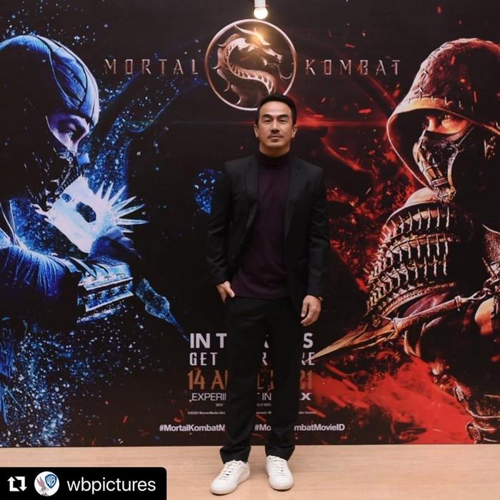 Menggunakan jas hitam yang senada dengan celananya, Joe Taslim nampak semakin keren di acara Premiere Mortal Kombat Movie di Jakarta. (Foto: Instagram.com/joe_taslim)
