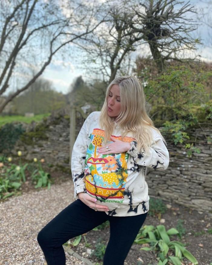 Ellie Goulding tampil santai dengan hoodie bertemakan Earth Day produksi temannya dan legging hitam. Penyanyi satu ini memang telihat cukup aktif mengampanyekan untuk lebih mencintai lingkungan dan bumi/foto: instagram/elliegoulding
