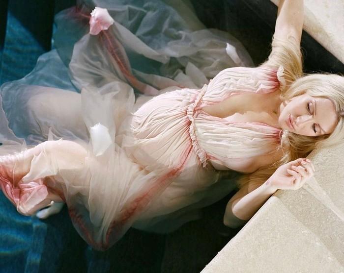 Ellie Goulding terlihat anggun dalam balutan gaun berwarna pink pastel dan memperlihatkan baby bumpnya. Dalam captionnya, Ellie Goulding dengan bercanda membandingkan dua foto berbeda dan menyebutnya