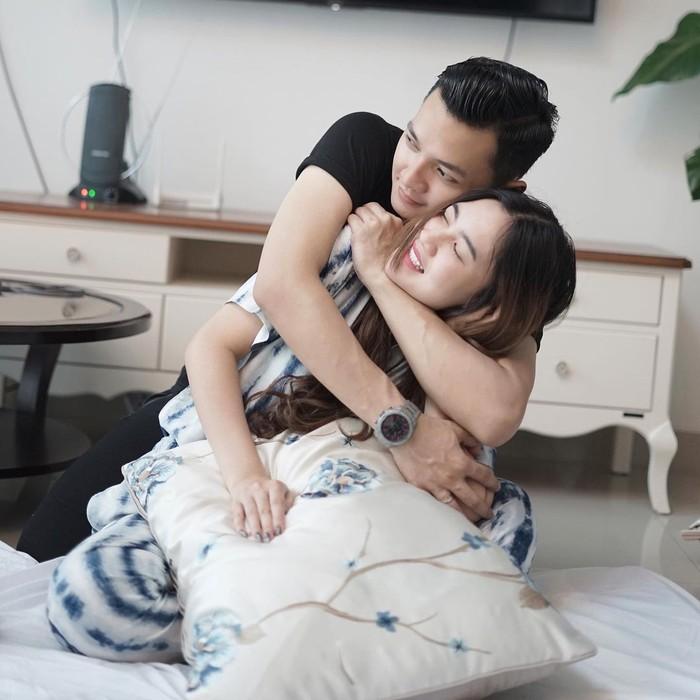 Buah hati mereka diperkirakan akan lahir bulan Agustus, tepat setahun setelah pernikahan mereka. (foto: instagram.com/nellakharisma)