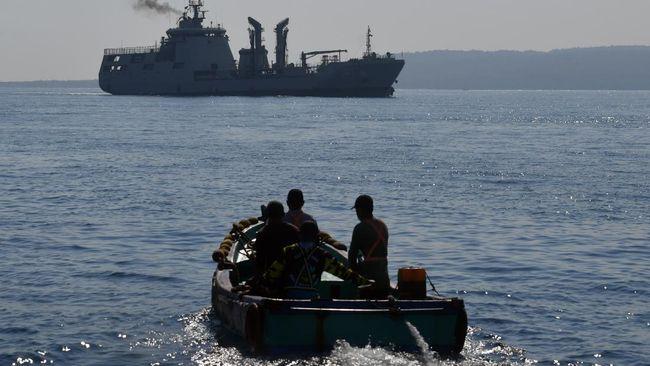TNI AL mengakui kesulitan mengangkat KRI Nanggala dari dasar laut karena dibutuhkan penyelam berbaju khusus atau robot.