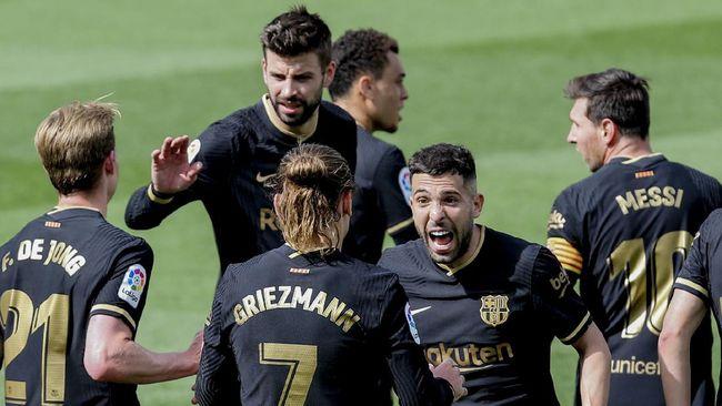 Barcelona memiliki kesempatan untuk menggeser Atletico Madrid dari puncak klasemen saat bersua Levante pada pekan ke-36 Liga Spanyol.