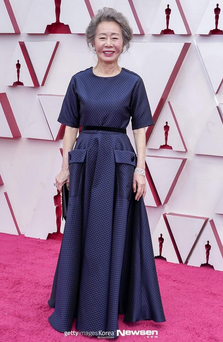 Youn Yuh Jung berhasil meraih piala Oscar 2021 dalam kategori Aktris Pendukung Terbaik dalam film Minari. Yuk kita lihat potret kemenangan Youn Yuh Jung!