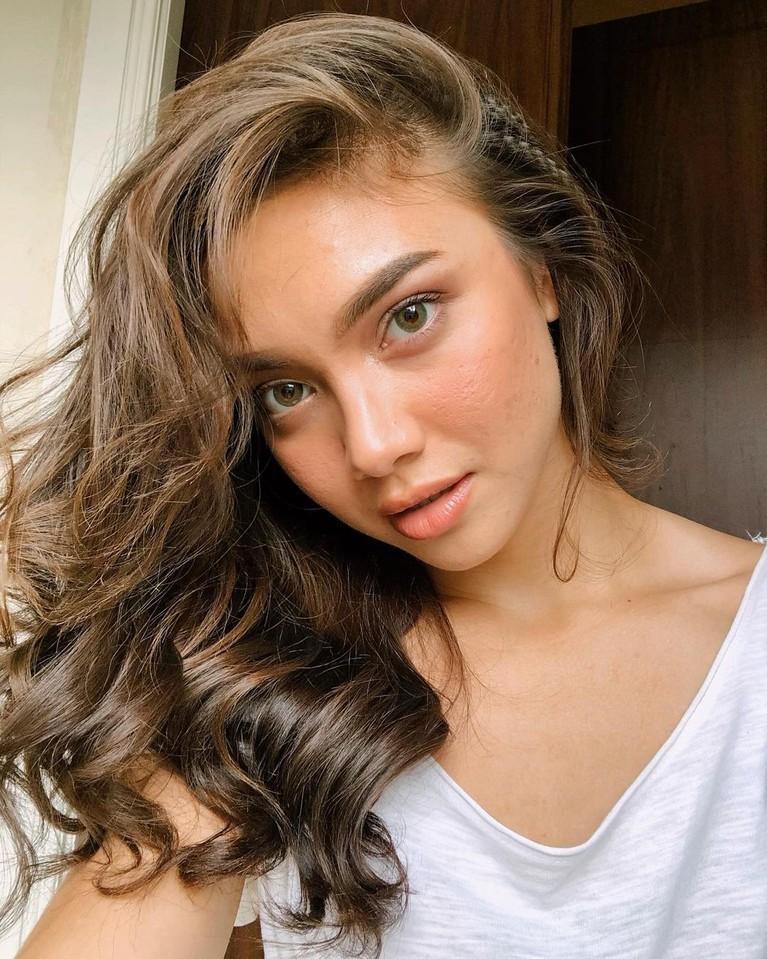 Angela Gilsha baru-baru ini mengakui kalau ia tak mempercayai agama. Yuk kita intip potret si cantik ini!