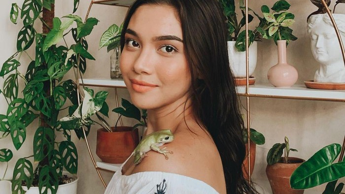 Potret Cantik Angela Gilsha dan Koleksi Tanaman Hias Miliknya