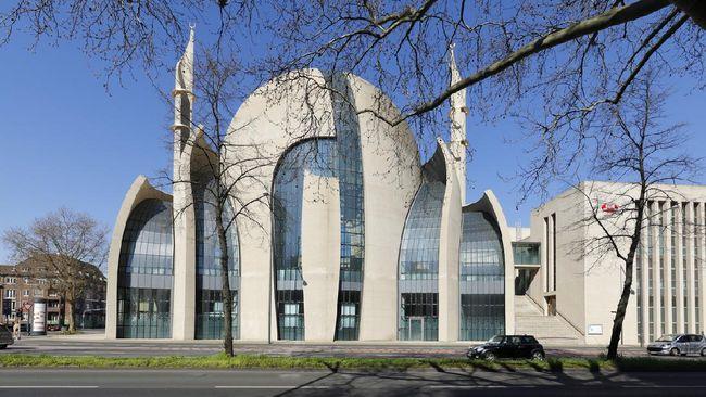 Dana pembangunan Masjid Agung Koln dihimpun dari sekitar 800 komunitas Muslim. Tapi ada satu gereja yang juga ikut berdonasi.