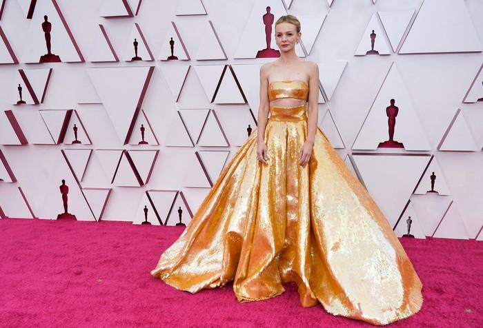 Carey Mulligan tampak bersinar dalam gaun Valentino berhiaskan sequin dan mutiara. Foto: vogue.com