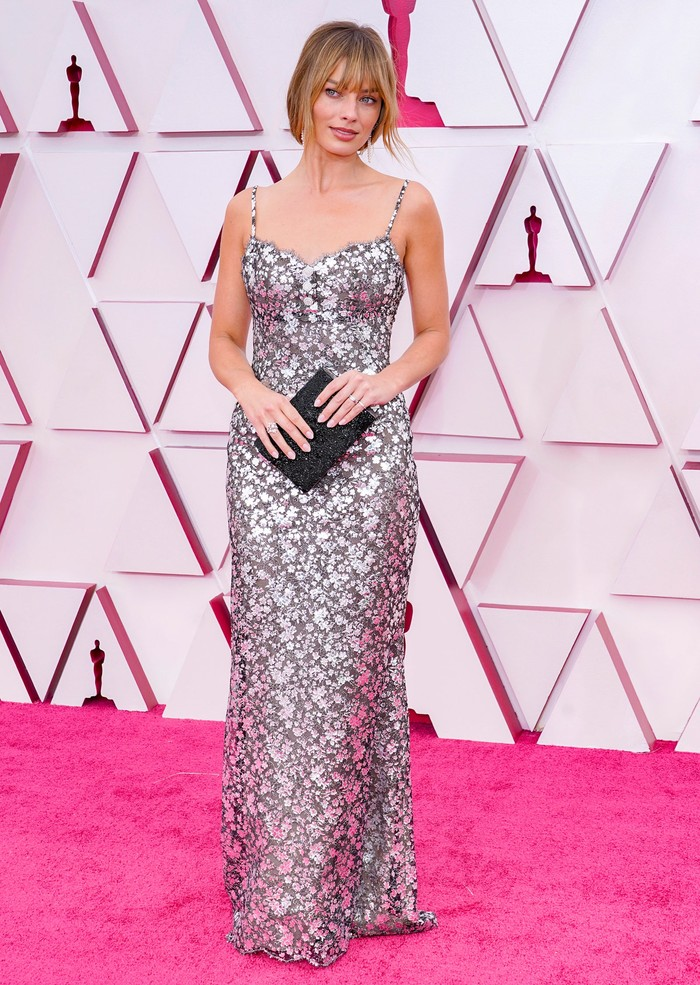 Elegan dan cantik, Margot Robbie mengenakan gaun Chanel Haute Couture. Foto: vogue.com