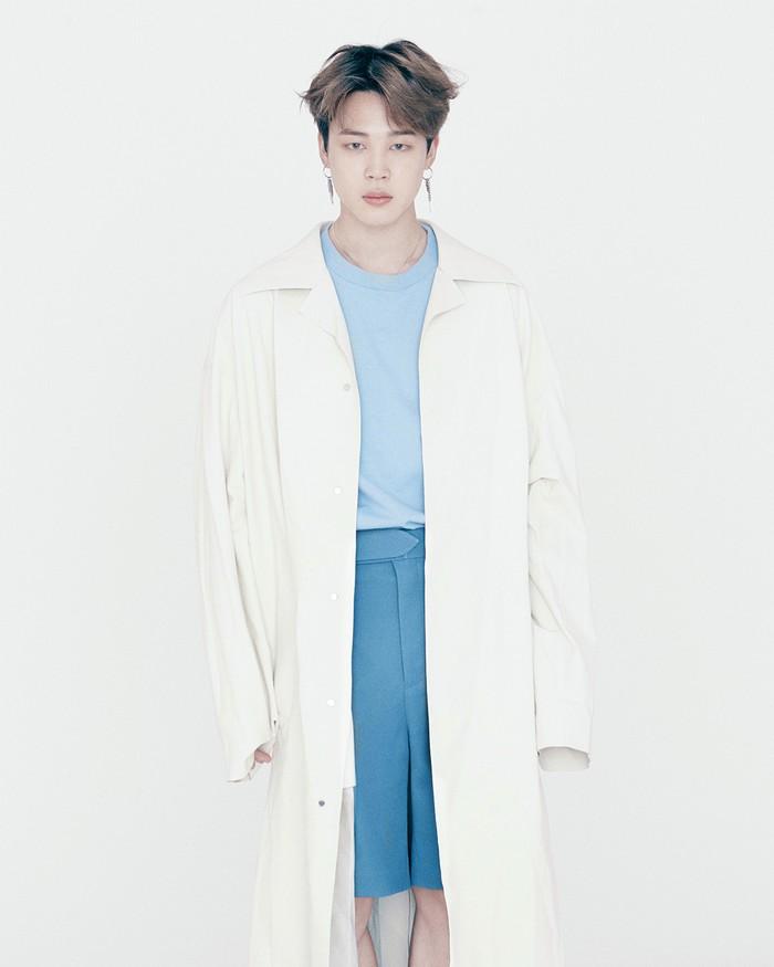Jimin nampak beda dengan coat serta celana setinggi lutut. (foto: instagram.com/louisvuitton)
