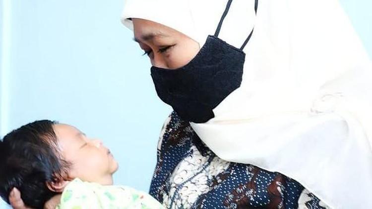 Khofifah Gendong Bayi Awak Kapal Nanggala 402