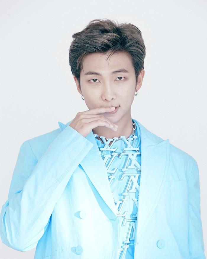 Leader sekaligus main rapper BTS, RM, mengenakan setelan berwarna biru cerah yang dilengkapi dengan kalung berlogo Louis Vuitton. (foto: instagram.com/louisvuitton)
