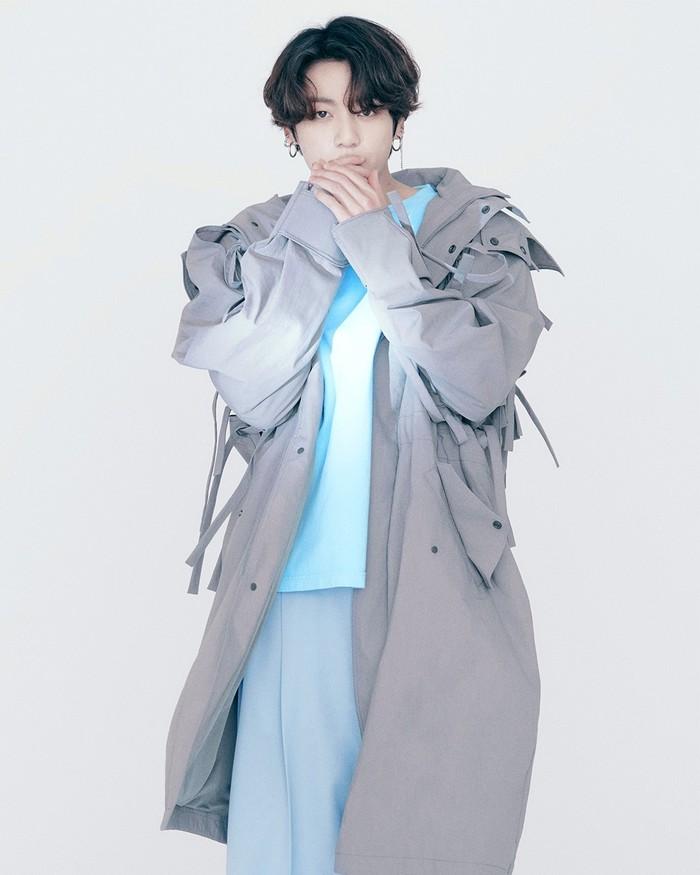 Masih bertema abu-abu dan biru, V memadukan jaket parka dengan t-shirt dan celana yang warnanya senada. (foto: instagram.com/louisvuitton)