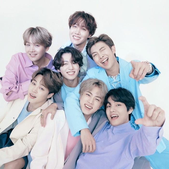 Para member BTS tampil kompak dengan pakaian yang warna-warni. (foto: instagram.com/louisvuitton)